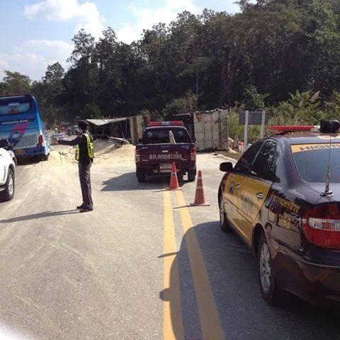 ..ประชาสัมพันธ์ระมัดระวังการใช้เส้นทางเนื่องจากเกิดอุบัติเหตุรถบรรทุกพลิกคว่ำ กีดขวางช่องทางการจราจร ถนนเชียงใหม่-เชียงร...